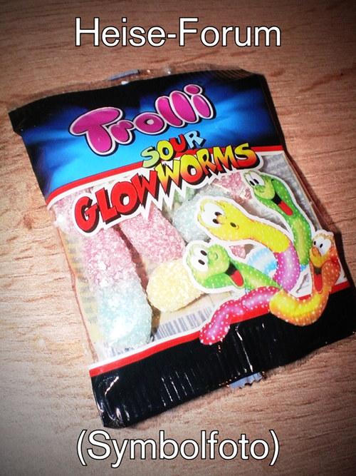 Junkfood-Tütchen mit Aufdruck: Trolli -- Sour Glowworms. Dazu der Text: Heise-Forum (Symbolfoto)
